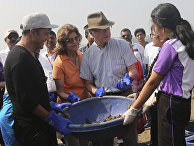 Король Швеции Карл XVI Густав во время уборки пляжа в Мумбаи, Индия