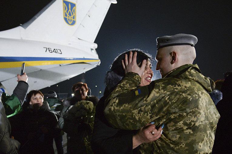 """Украинские военнопленные, переданные в результате обмена представителями Донецкой и Луганской народных республик, в аэропорту """"Борисполь"""""""