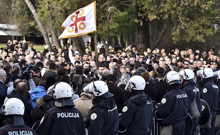 Сотрудники полиции во время акции протеста в Подгорице