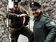 Пограничники ГДР и ФРГ у Берлинской стены