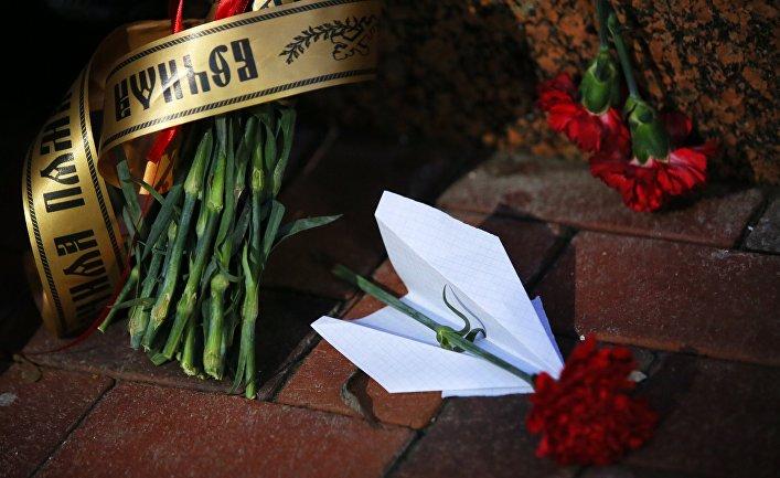 Цветы у посольства Ирана в Киеве в память о жертвах авиакатастрофы