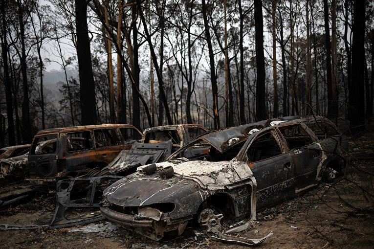 Сгоревшие автомобили в деревне Мого, Австралия