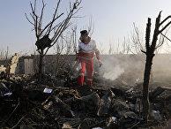 Спасатели на месте крушения украинского самолета в Шахедшахре, Иран