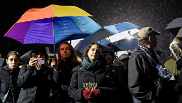 Участники акции солидарности с жертвами нападнения в Монси, штат Нью-Йорк, США