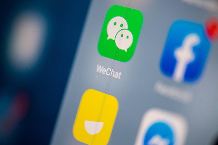 Приложение WeChat на экране смартфона