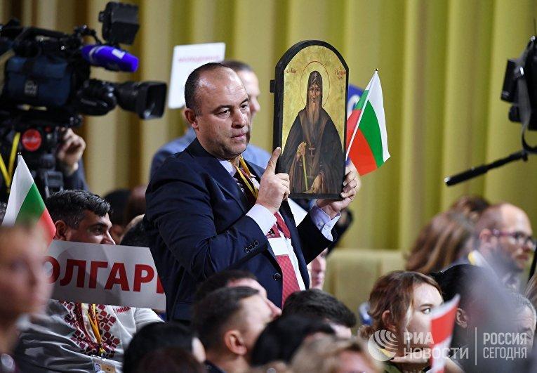 Болгарский журналист с иконой на большой ежегодной пресс-конференции Путина