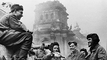 """Экипаж танка Т-34 """"Боевая подруга"""" у Рейхстага"""