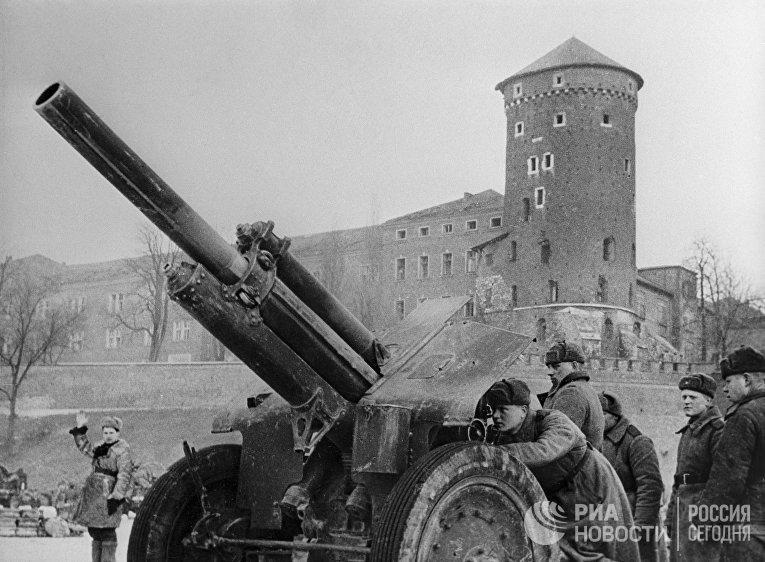 Артиллерийский гаубичный расчет лейтенанта А.Кузнецова ведет бой у стен Королевского замка в городе Кракове