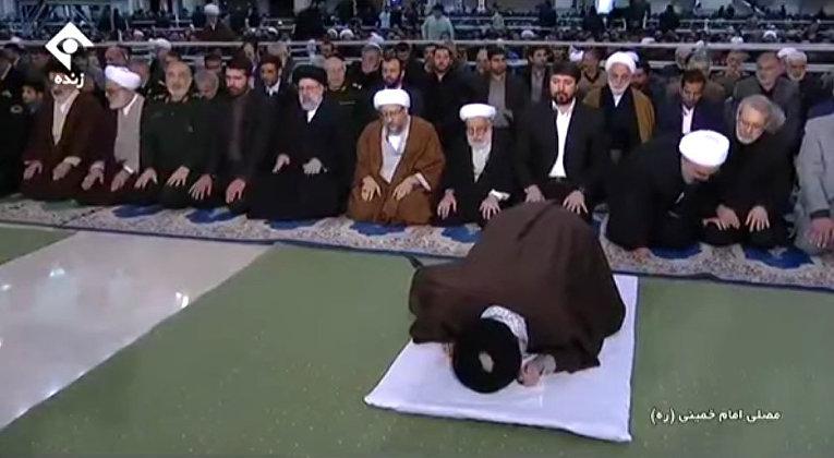 Рухани завершил молитву, не дождавшись благословения Хаменеи