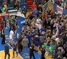 В США баскетбольный матч завершился массовой дракой