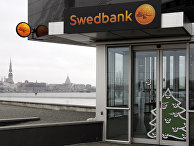 Вкладчики Swedbank активно снимают деньги в банкоматах