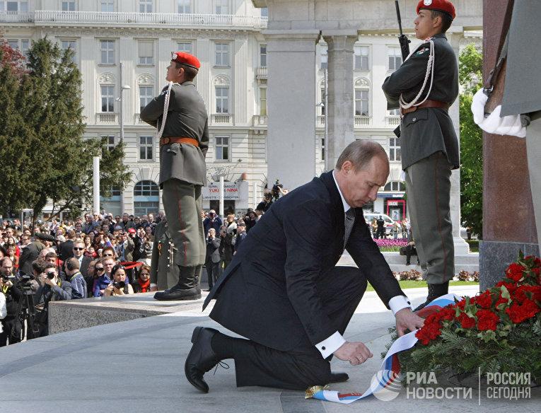 Возложение венка к памятнику воинам Советской Армии, погибшим при освобождении Австрии от фашизма