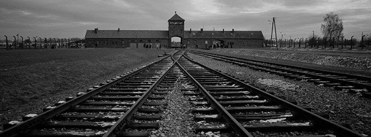 Железнодорожные пути, ведущие в бывший нацистский лагерь смерти Освенцим в Польше