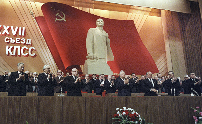 М. С. Горбачева поздравляют с днем рождения на XXVII съезде КПСС
