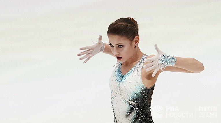 Алена Косторная (Россия) выступает с короткой программой в соревнованиях среди женщин на чемпионате Европы по фигурному катанию