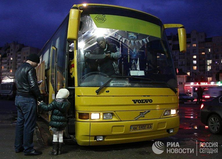 Пассажиры у автобуса