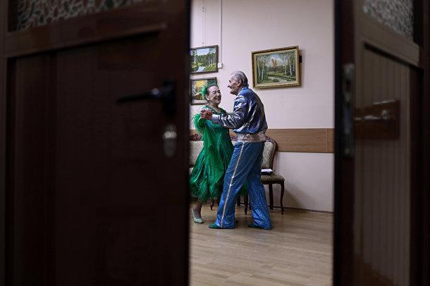 Майя Качина и Лев Китаев выступают в социальном центре в Москве