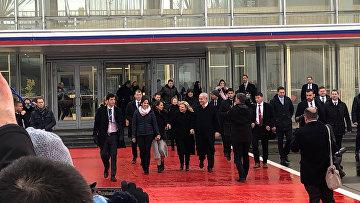 Премьер-министр Израиля Биньямин Нетаньяху, его жена Сара, Наамой Иссахар и ее мать Яффа в международном аэропорту Внуково в Москве