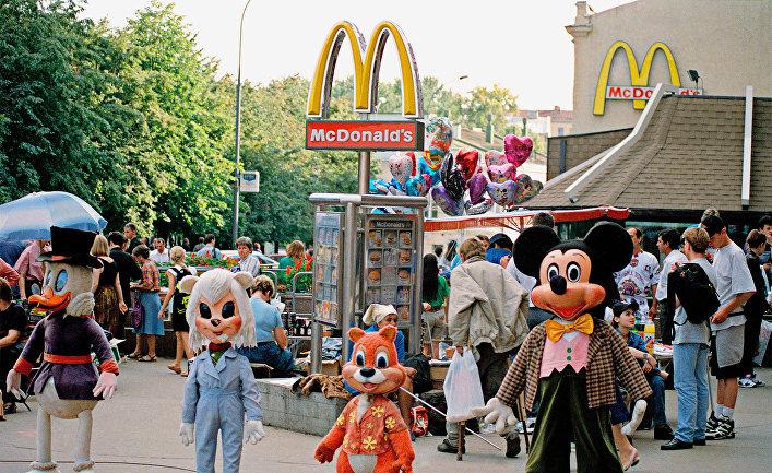 Персонажи американских мультфильмов у входа в кафе «Макдональдс» на Пушкинской площади