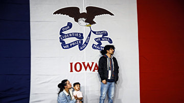Посетители предвыборного митинга в Де-Мойне, штат Айова, США