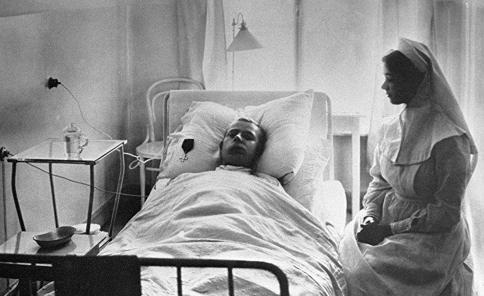 Медицинская сестра у постели раненого в эвакуационном лазарете императрицы Марии Федоровны