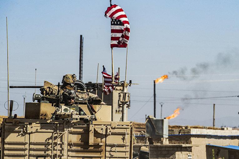Американский военный бронетранспортер на северо-востоке Сирии