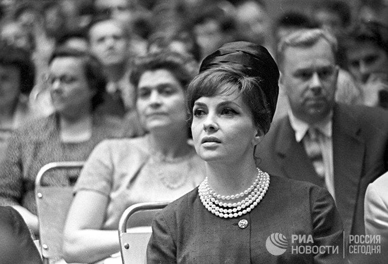 Торжественное открытие II Московского международного кинофестиваля. В зрительном зале - итальянская киноактриса Джина Лоллобриджида.