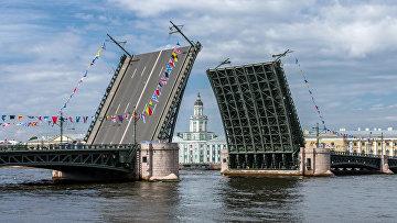 Разведённый Дворцовый мост в Санкт-Петербурге