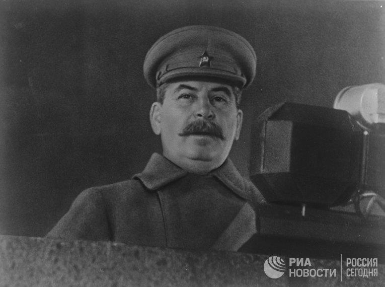 Великая Отечественная война 1941-1945 гг. Председатель Совета народных комиссаров СССР, Председатель Государственного комитета обороны СССР Иосиф Виссарионович Сталин выступает с речью на военном параде на Красной площади 7 ноября 1941 года.