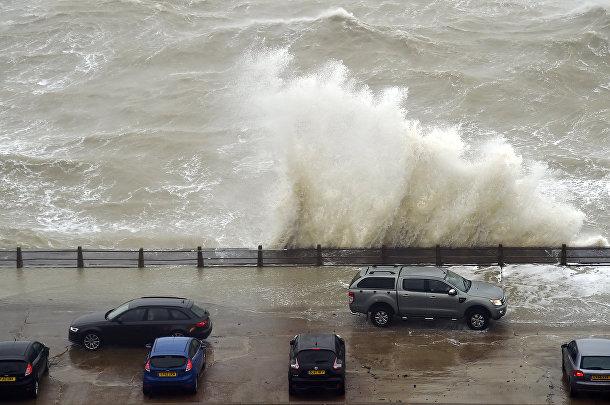 Волны в гавани Ньюхейвен, Великобритания