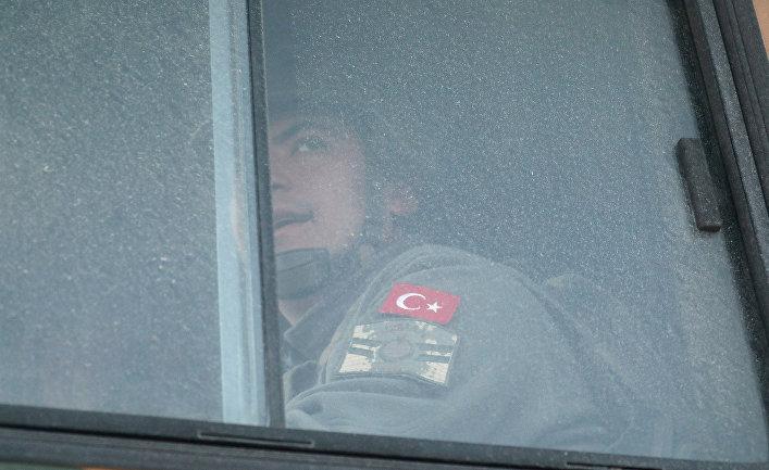 Турецкий военный на сирийско-турецкой границе в провинции Идлиб