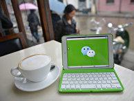 Приложение WeChat на экране планшета в кафе