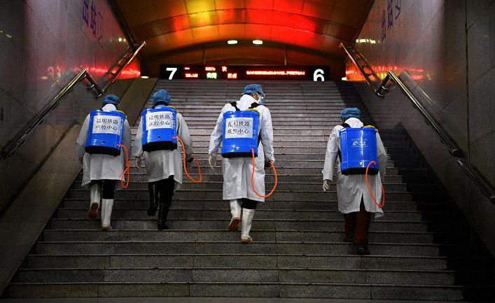 Дезинфекция железнодорожной станции в Куньмине, провинция Юньнань, Китай
