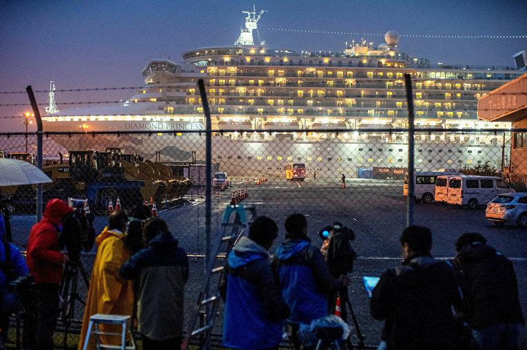 Находящийся в карантине круизный лайнер Diamond Princess в порту Иокогамы