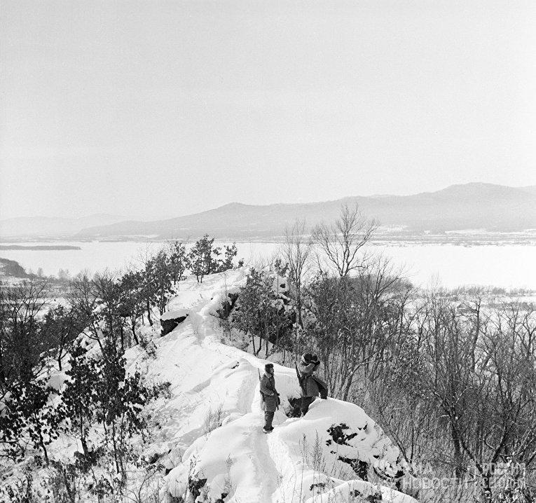 Пограничники Тихоокеанского пограничного округа в дозоре напротив китайского берега реки Уссури