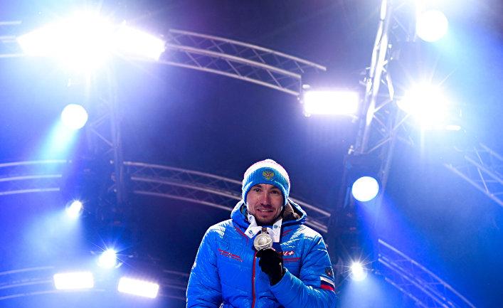 Александр Логинов (Россия), завоевавший бронзовую медаль в гонке преследования среди мужчин на чемпионате мира по биатлону в итальянской Антерсельве, на церемонии награждения