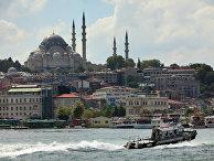 Вид на Голубую мечеть через пролив Босфор в Стамбуле
