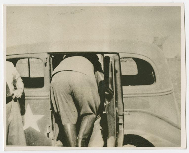 Герман Геринг залезает в машину после ареста. 9 мая 1945 года.