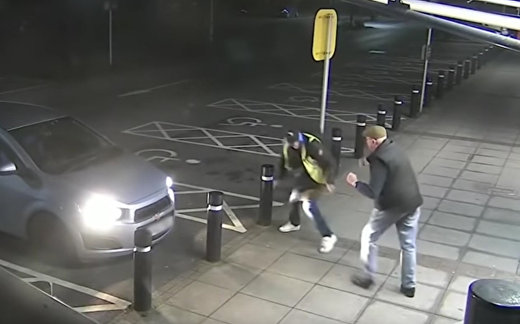 77-летний мужчина отбивается от грабителя у банкомата