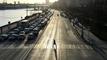 Вид на Фрунзенскую набережную с Крымского моста в Москве