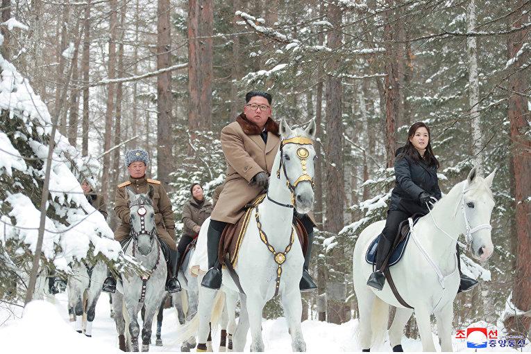Северокорейский лидер Ким Чен Ын верхом на лошади