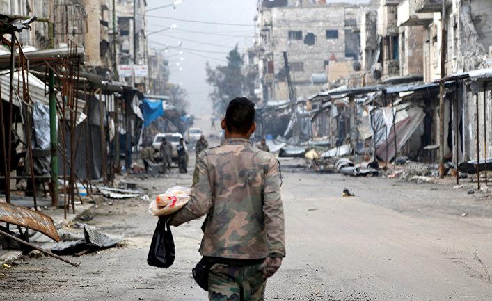 Сирийский военный в районе города Маарет-Нууман в провинции Идлиб