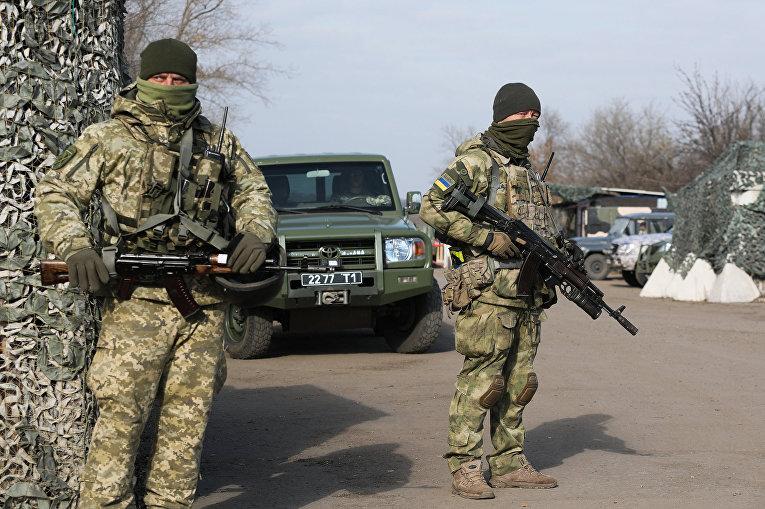 Украинские военнослужащие на блокпосту недалеко от города Золотое в Луганской области