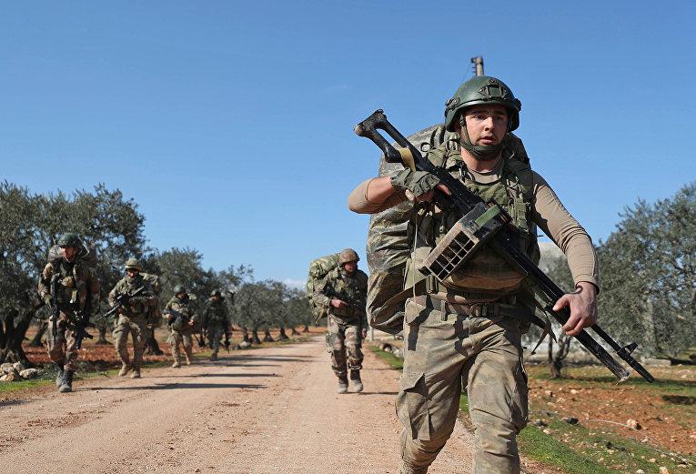 Турецкие военные на позиции у деревни Аль-Найраб, в 14 километрах к юго-востоку от Идлиба