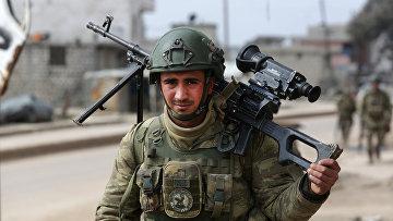 Турецкий солдат в городе Атареб в провинции Алеппо
