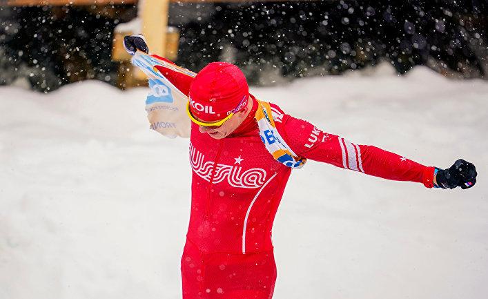Александр Большунов срывает желтую майку лидера после провала в гонке на 30 км в Тронхейме, Норвегия
