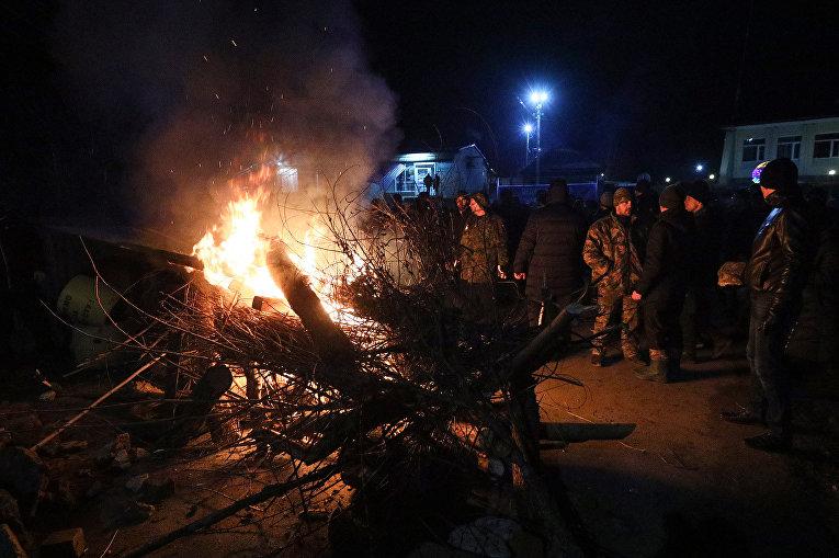 Протестующие блокируют дорогу автобусу с эвакуированными из китайского Уханя в поселке Новые Санжары, Украина