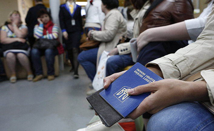 Украинцы ожидают докумены в паспортной службе в Киеве