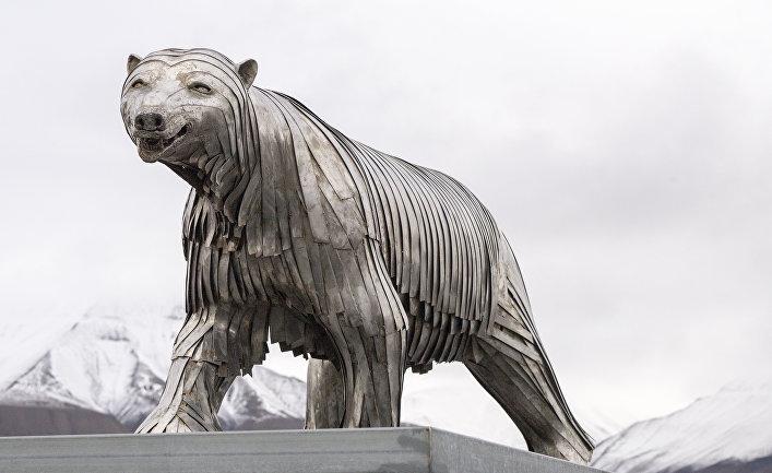 Скульптура белого медведя в Лонгйире, Шпицберген