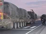 Грузовик с бронетехникой вооруженных сил Турции на турецко-сирийской границе